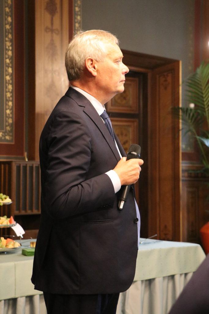 Antti Rinne kuunteli tarkkaavaisesti kysymyksiä