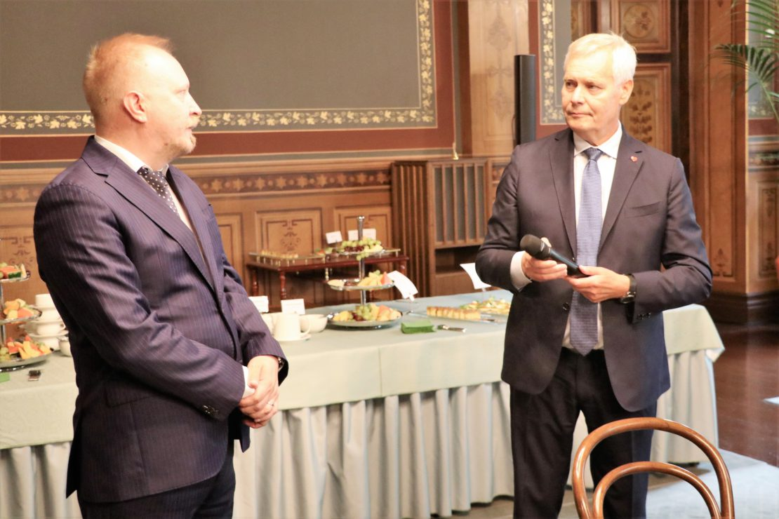 Puheenjohtaja Arto Ahosniemi kiitti pääministeri Antti Rinnettä.