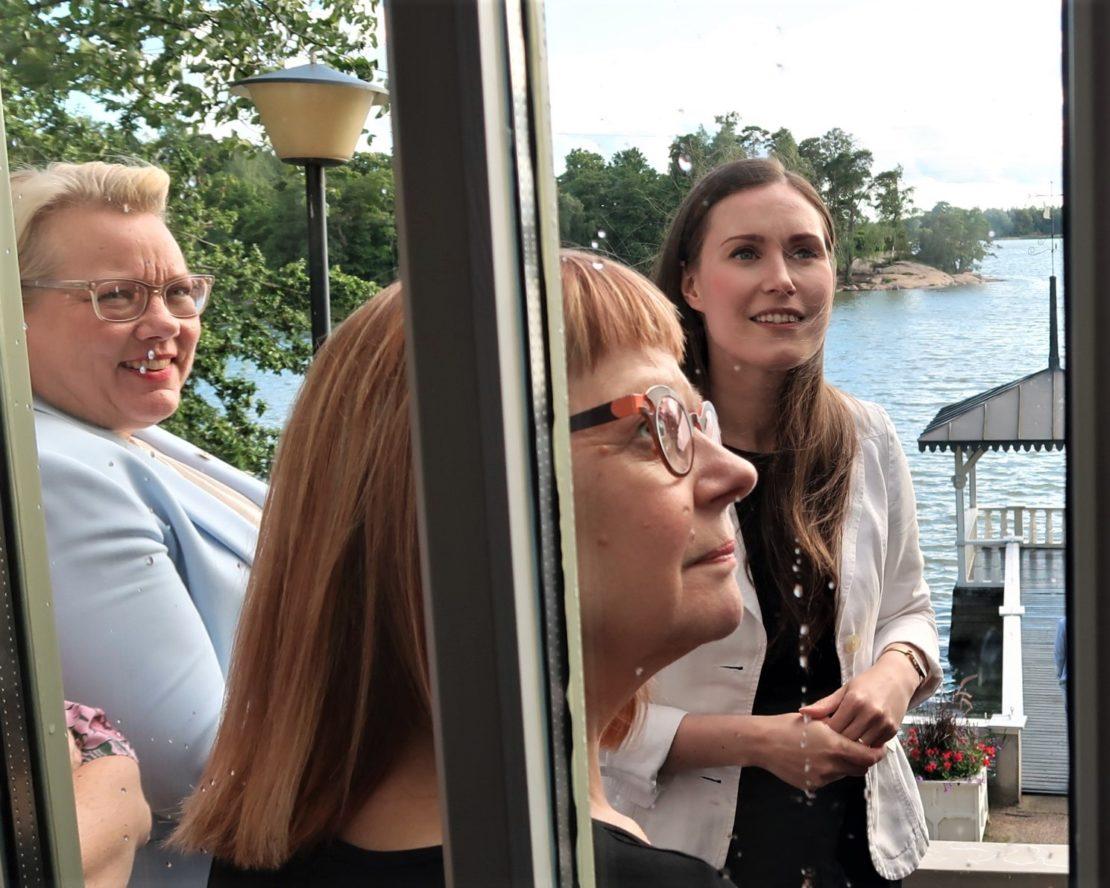 Kesärannan parvekkeella Susanna Landor, Sirpa Puhakka ja pääministeri.