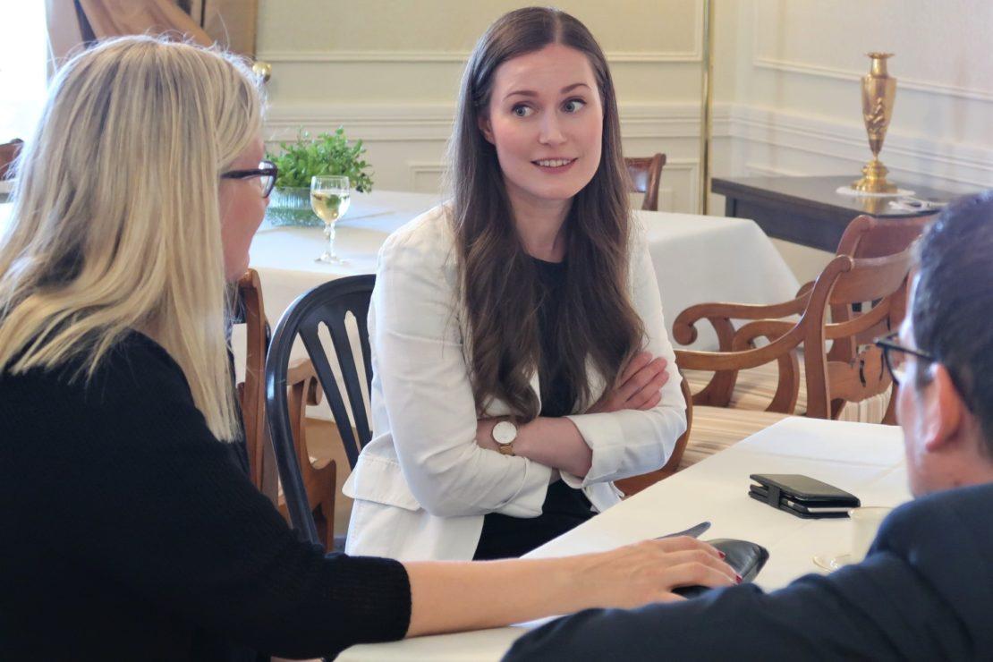 Pöydän äärellä yhdistyksen puheenjohtaja Minna Holopainen, pääministeri ja päätoimittaja Kaius Niemi.
